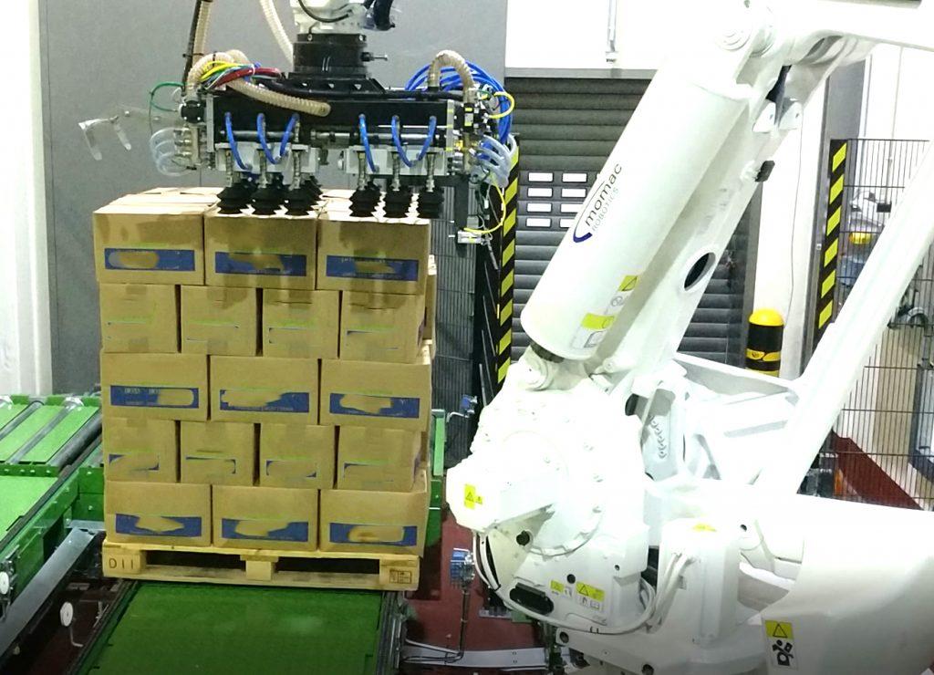 ABB Roboter zur automatisierten Depalettierung von Kartonagen mit Sauggreifern in der Lebensmittelindustrie