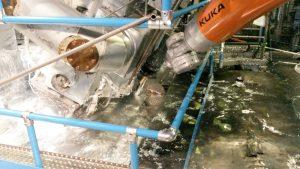 Automatisiertes Abschöpfen von Verunreinigungen im einem Zinkbad mit KUKA Robotern, Schöpfroboter / Schlackeroboter