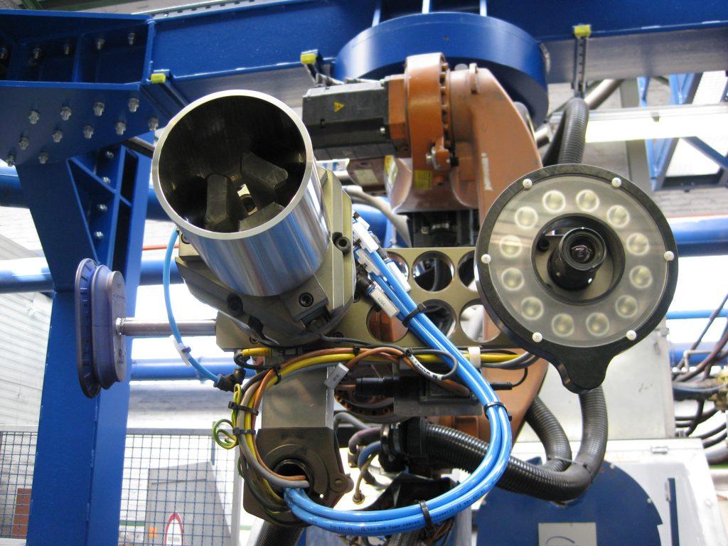 Automatisierung der Materialzuführung (Beladung / Entldung) zu einer Sandstrahlkabine mit hängend aufgestellten KUKA Robotern