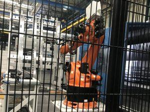 Automatisiertes Bestücken von Werkzeugmaschinen, hier Räummaschine, mit Werkzeugkassetten Roboter